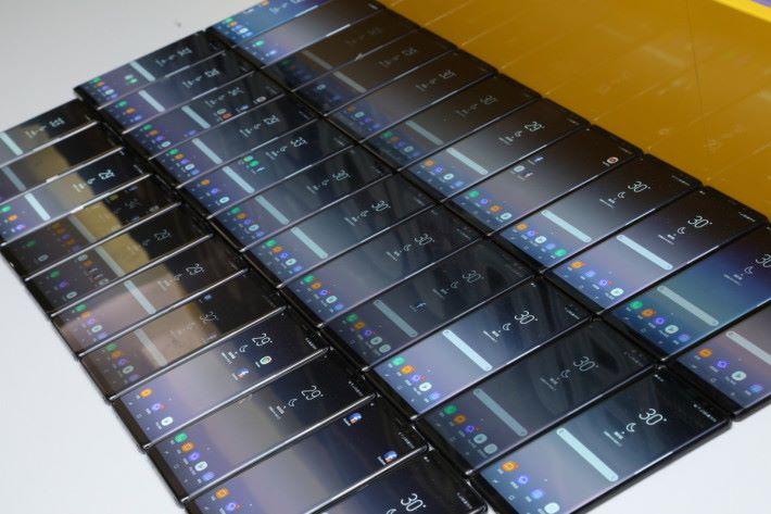 當日體驗會準備了數十部 Note8 給參加者親身上手試玩。
