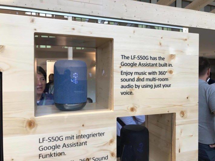 備有 Google Assistance 的無線喇叭 LF-S50G,樣子酷似 Apple 的 HomePod。
