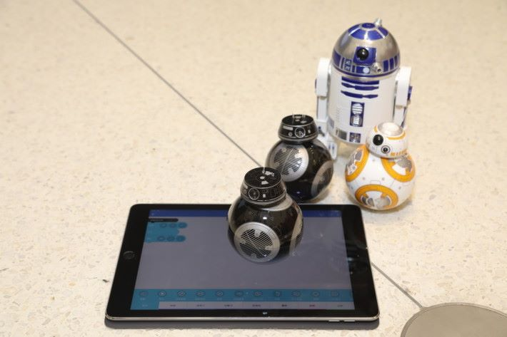 用《 Sphero Edu 》編程 BB-8 及 R2-D2 機械人