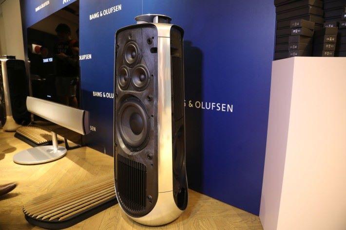 BeoLab 50 備有 1 個高音在頂部、 3 個面向正面的中音及 3 個圍繞喇叭柱佈置的低音喇叭