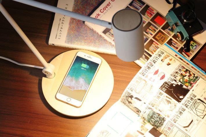 一把手機放在樺木造的 Qi 充電座,便能立即充電。