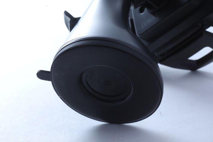 手機座的底部非常黏,能固定於擋風玻璃上。