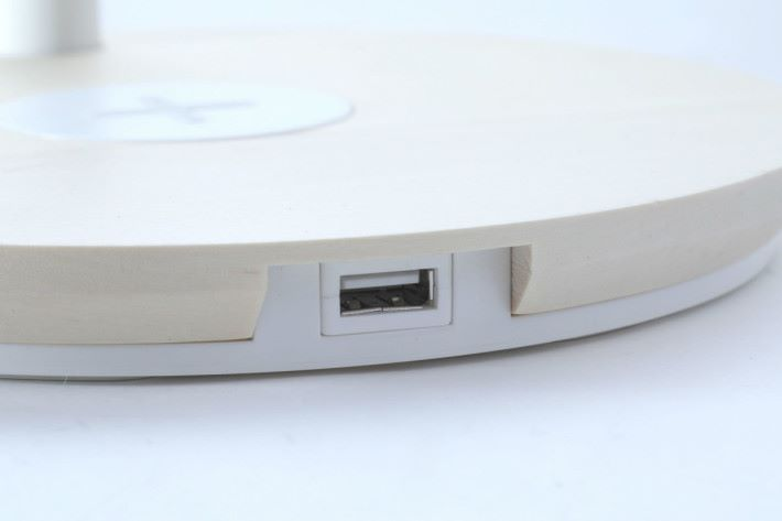前方還有個 USB Port 可以為其他不支援 Qi 的裝置充電。