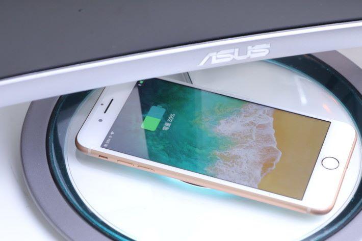 把手機放上去,充電座便會發出湖水綠色的光。