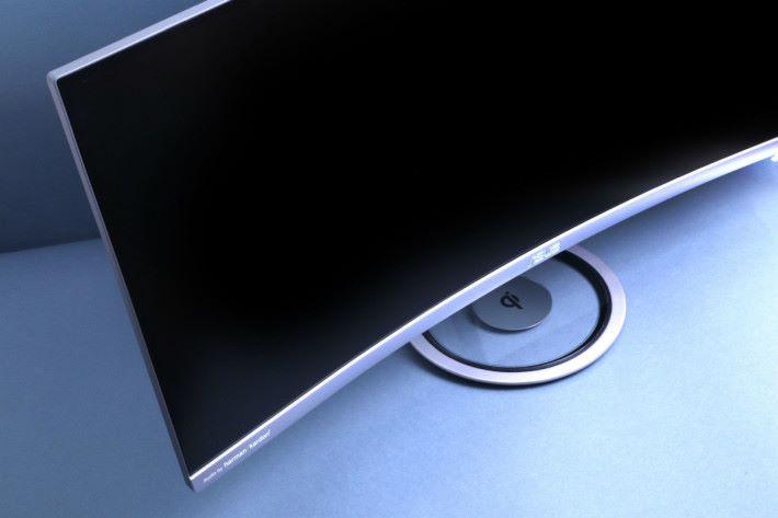 ASUS MX34VQ 善用底座空間做 Qi 無線充電座。