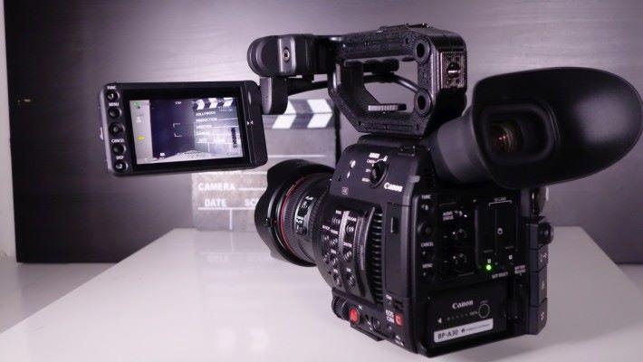 以專業拍攝用的攝影機,C200 已經算輕巧。