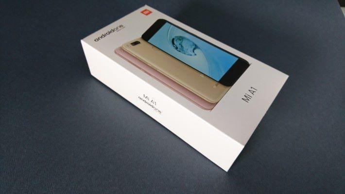 包裝盒上有 Android One 字樣。