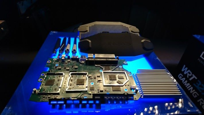 Router 內的散熱片面積相當大,外殼有不少散熱孔,採用 1.8GHz 雙核心 CPU。