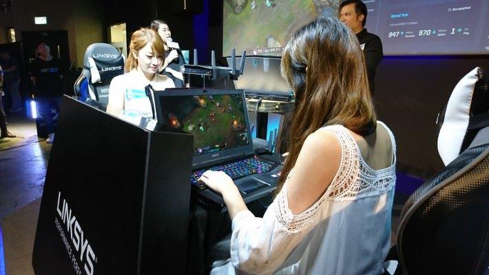 兩位女神使用 WRT32X 及 Killer 網卡的電腦進行 LOL 對戰。