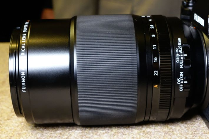 80mm Macro 鏡身設有分段對焦鍵,加快對焦時間。