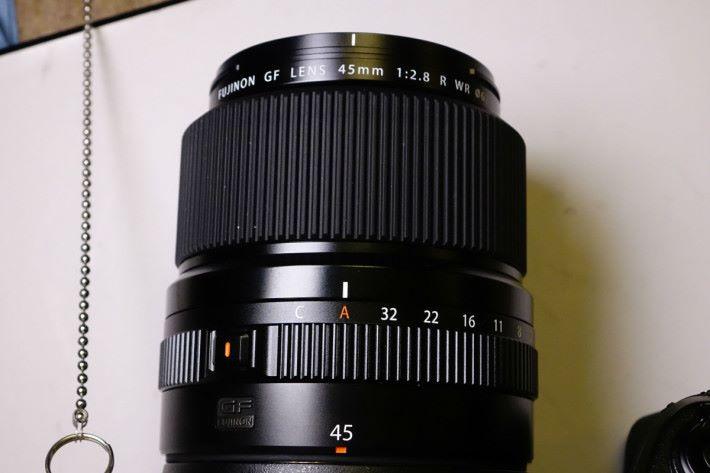 GF45mm f/2.8 的相對焦距為 36mm,鏡身細小。