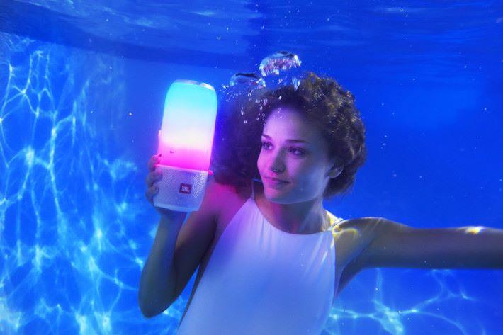 IPX 7 的防水性能可讓大家玩得更放心