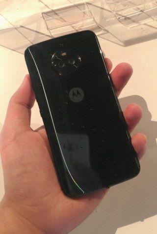 強化玻璃與金屬的配合,中央加上 Moto 的標誌,男士們豈能錯過 Moto X4?