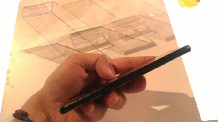 Moto X4 的機身以金屬框架,再配合雙強化玻璃設計,邊緣部分造工優秀,沒有任何凹凸不平問題。
