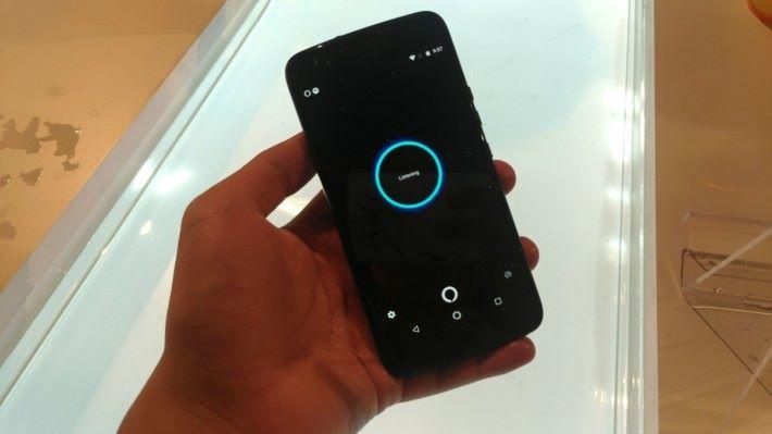 Moto X4 整合 Amazon Alexa 的語音助理,用戶可透過聲音指令,直接查詢資料或改變手機設定。