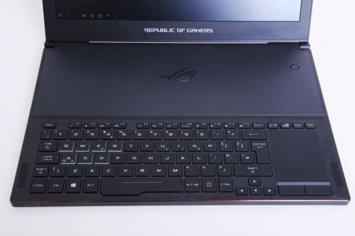 上半部為散熱孔,下半部為鍵盤及觸控板。