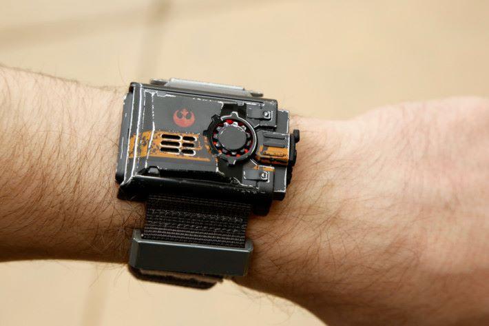配合 9 月尾推出的手環便可用手部動作來控制