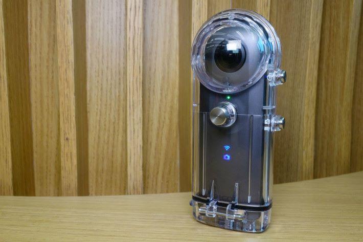 新配件防水殼可讓 THETA 系列相機潛入 30m 水底。