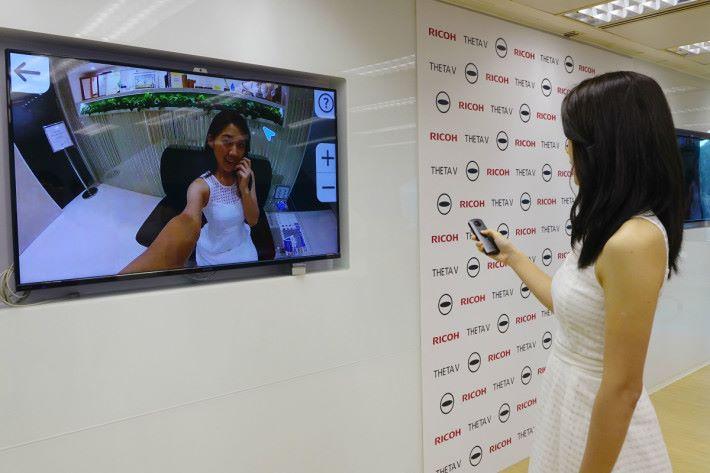 THETA V 可連接電視播放影像。