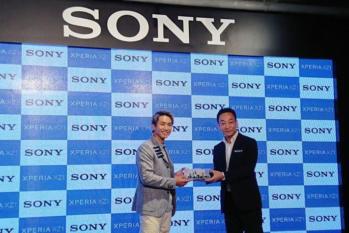 Sony Mobile 找來陳柏宇試玩 3D 掃瞄功能,更大呼過癮。