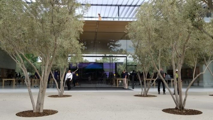 Visitor Center 的 Apple Store 今日限定一日營業。