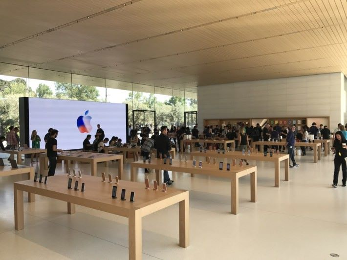 面積更大,佈局亦跟現有 Apple Store 相若。