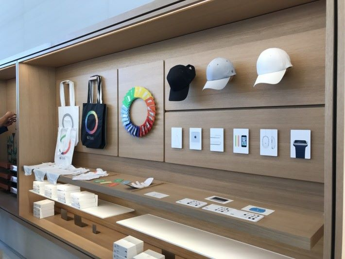 限定版商品有 Apple Park 的 Tote Bag、Tee 等。