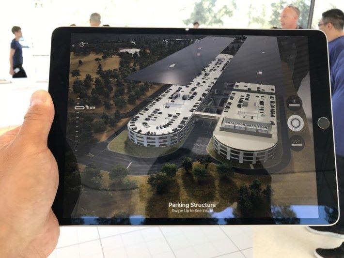用 iPad 的鏡頭影著 3D 地形便能看到 Apple Park 的情況,甚至可「揭」起車場看內裡情況。