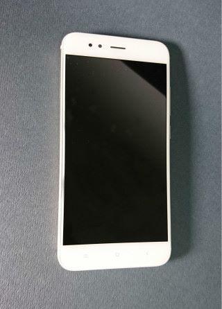 """手機使用 5.5"""" 屏幕,並有電容式按鍵。"""