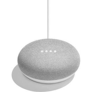 白色的 Google home mini 的外形配襯簡潔的家居。