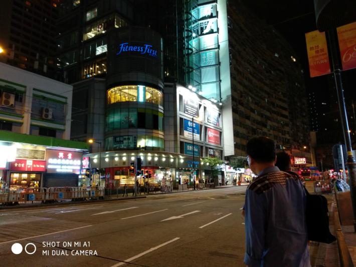 小米晚間拍照都拍得清晰。