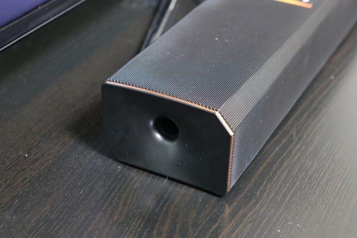 低音置於 Soundbar 兩側。