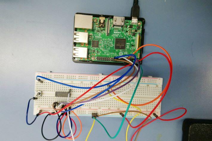 圖中是模擬數位轉換器 MCP3008 的實際接駁情況。