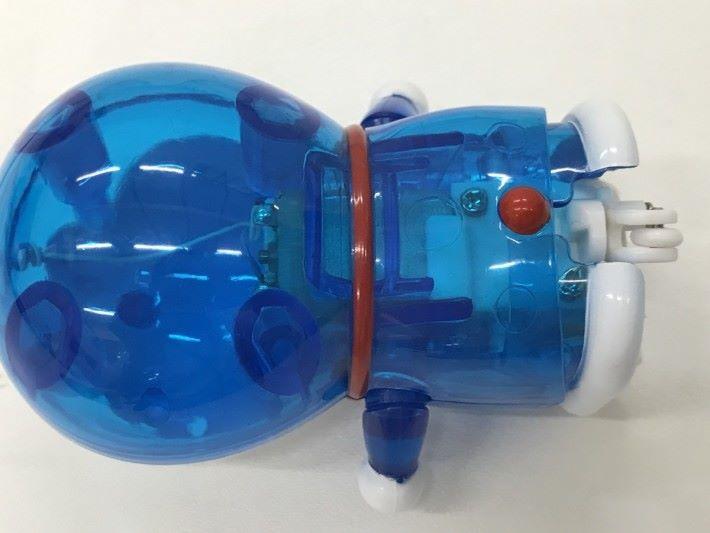 從透明的玩具,可看到機械小玩偶內有摩打及齒輪組。