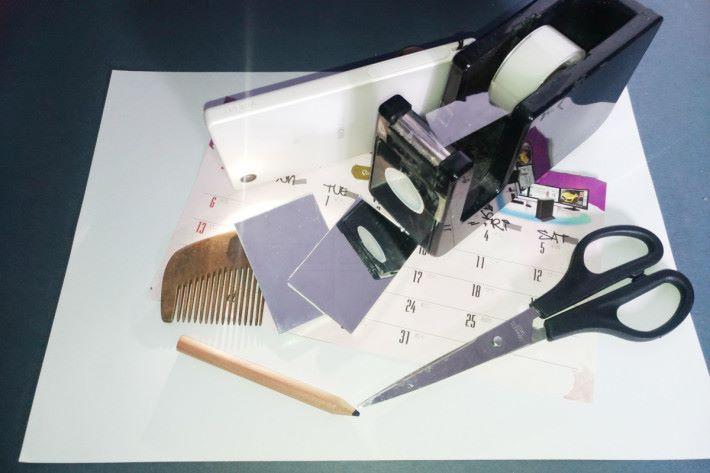 材料:梳子、硬卡紙、白紙 工具:剪刀、膠紙、小鏡、電筒(或具照明功能的手機)、筆