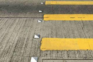 斑馬線旁的反光路釘,協助駕駛者在晚上或視野不清時駕駛之用。