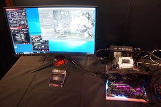 現場展示 Core i7-8700K 配合 LN2 超頻,將核心電壓大幅提升至 1.7V 以上,時脈激超至 6.6GHz,CineBench R15 跑出 2,179 分。