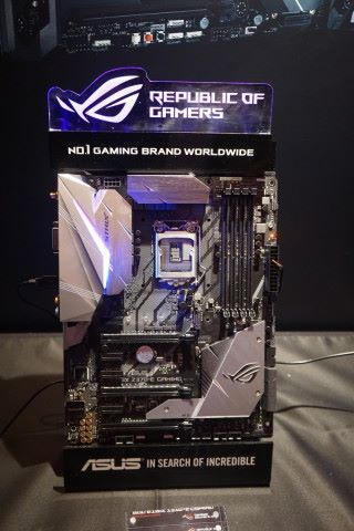 ROG STRIX Z370 Gaming系列將推出 E、F、H 三款大板,還有 mATX的G 及 Mini-ITX 的 I 型號。當中以 Z370-E Gaming 定位較高,可以 2x8 模式跑雙顯示卡,兼具雙 M.2 插槽,當然亦可大玩 Aura Sync RGB 燈效。