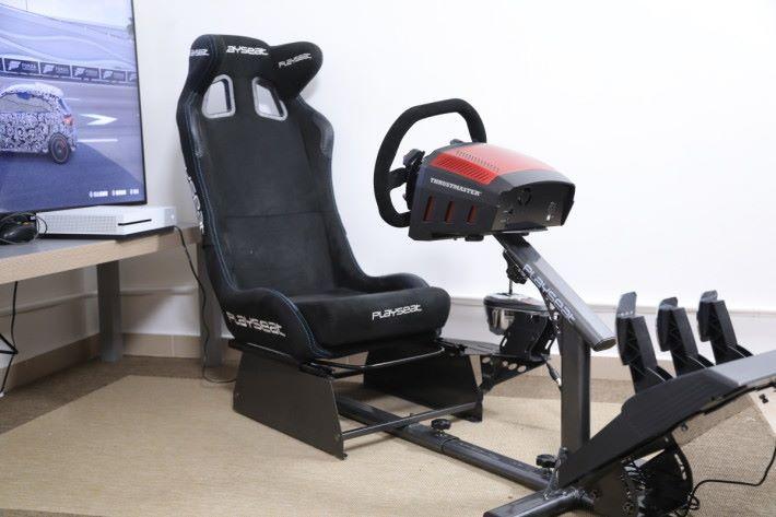 現時坊間有不少賽車遊戲用的軚盤組合, 可是擬真程度難與TS-XW Racer Sparco P310及 Playseat Evolution的組合比較,玩家可以因應個人 身高及駕駛習慣,輕鬆調整座椅的距離與角度, 駕駛時可以有更佳的操作體驗,記者將會針對各 個部件進行詳細解說。