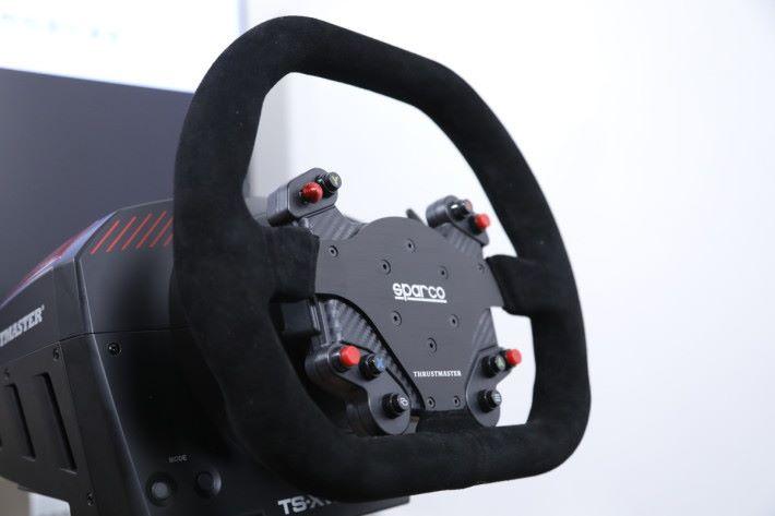軚盤組完全參照 Sparco P310 設計,無論一般賽車或方程式賽車,也能提供逼真的操作效果。
