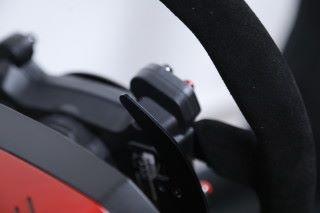 本身備有金屬製撥片,方便玩家進行檔次切換,適 合慣用手動轉波的駕者。