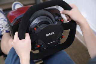 軚盤手感極佳,過彎時強力的回饋力道,可以感受 路面變化與及重力改變。
