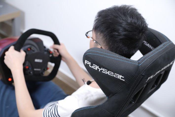 完全包圍身體的賽車式座椅,配合軚盤架、波棍架與腳踏架,坐上去仿如真實的車廂。