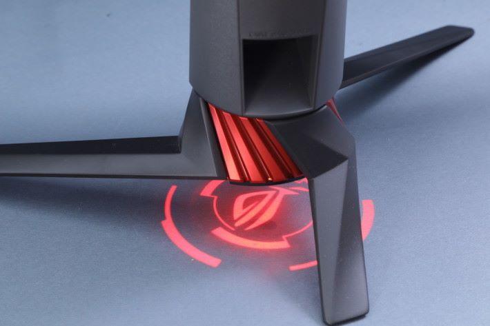 XG27VQ 的背面與機座底部,同樣內藏 LED 燈光組,玩家可自訂強度與特效。