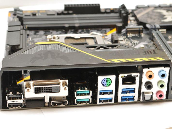 背板提供兩個 USB 3.1 Gen2。