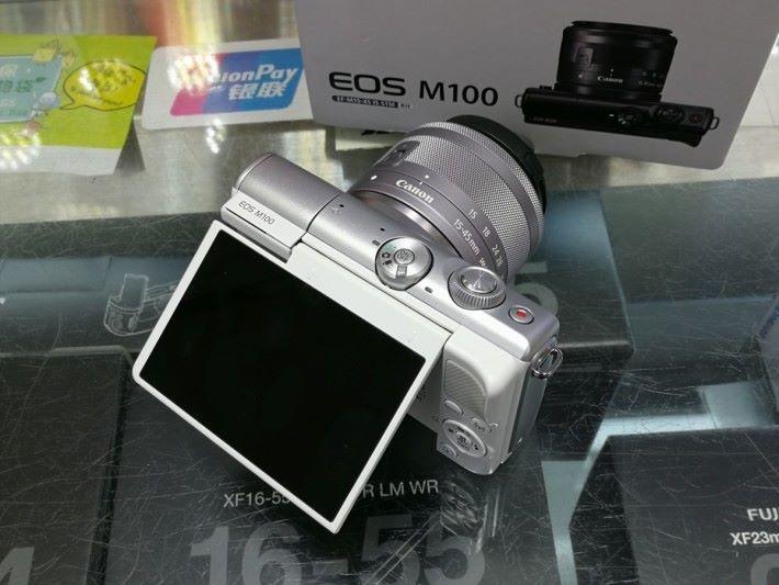 Canon EOS M100 白色配銀色機身。