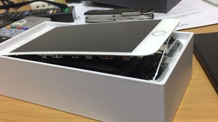 部分用戶的手機在拆開包裝時,就發現屏幕撐開了⋯