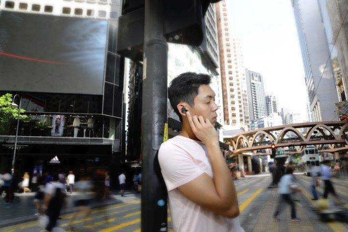 在銅鑼灣街頭實試降噪效果