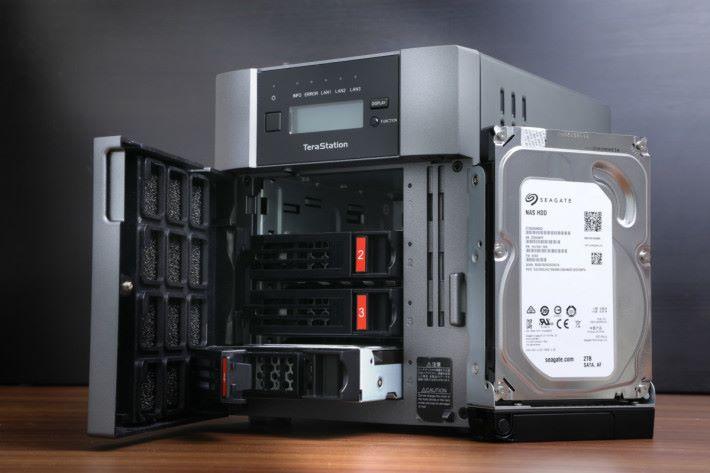 打開會看到四個 Hard Disk Bay。
