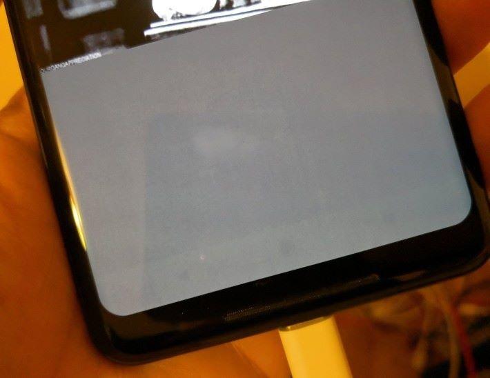 Pixel 2 XL採用的 OLED 屏幕在使用一星期左右就出現「燒Mon」的情況。